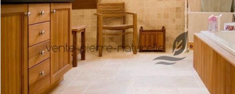 poser un carrelage en travertin dans une salle de bain