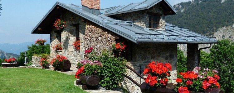 façade de maison en pierre naturelle et parement